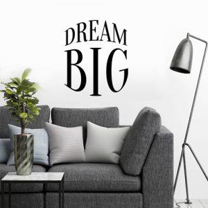 מדבקת קיר עגולה dream Big על קיר סלון