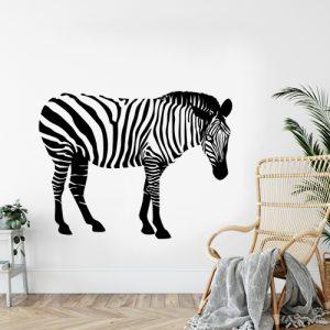 מדבקת קיר בצבע שחור ולבן זברה עומדת על קיר לבן