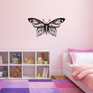 מדבקת פרפר יפהפה עם כנפיים פרוסות על קיר ילדה