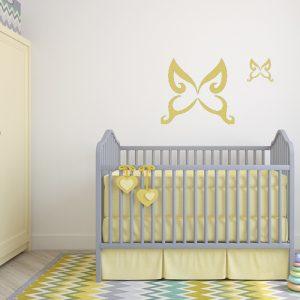 מדבקת קיר פרפר מעל מיטת תינוק