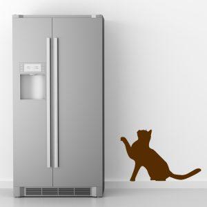 מדבקת קיר למטבח חתול חום ליד מקרר