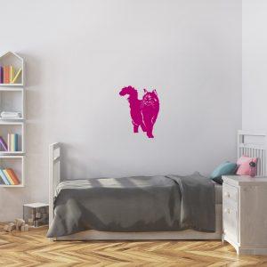 מדבקת קיר חתול ורוד מעל מיטת ילדים