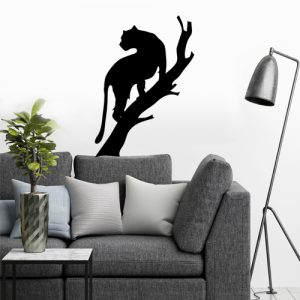 מדבקת קיר לסלון פומה שחור מטפס על עץ ומסתכל אחורה