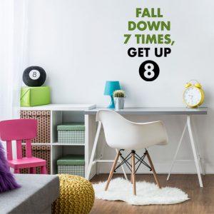 מדבקת קיר משפט מוטיבציה בצבעים ירוק ושחור על קיר נוער