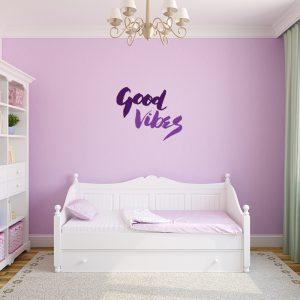 מדבקת קיר Good Vibes על קיר ילדים ורוד