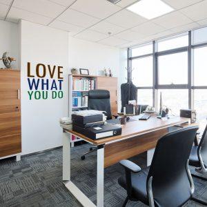 מדבקת קיר LOVE WHAT YOU DO על קיר משרד