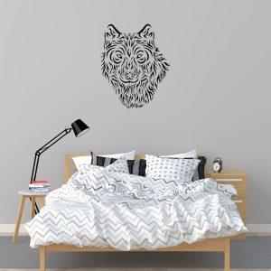 מדבקת קיר זאב בצבע שחור מודבקת על קיר חדר שינה