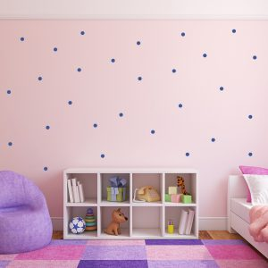מדבקת קיר עיגולים כחולים בחדר שינה של ילדה