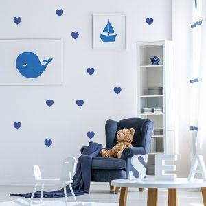 מדבקת קיר לחדר ילדים לבבות כחולים על קיר לבן