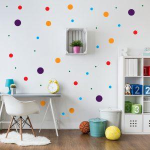 עיצוב חדר ילדים עם מדבקת קיר עיגולים צבעוניים בגדלים שונים