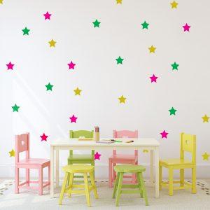 עיצוב חדר ילדים עם מדבקת קיר כוכבים צבעוניים