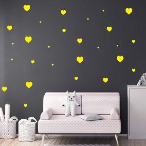 מדבקת קיר לבבות צהובות על קיר שחור