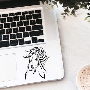 """מדבקה על מחשב נייד סוס דגם """"Gabriel"""" בעיצוב אישי"""