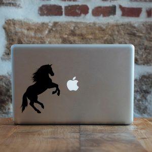 מדבקה למקבוק סוס עומד על הרגליים האחוריות