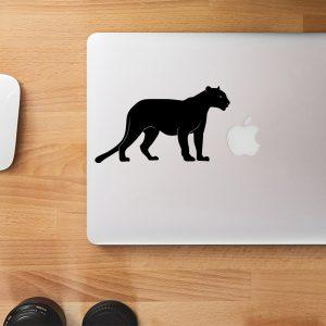 מדבקה למקבוק פומה עומד על גבי מחשב נייד