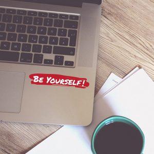 """מדבקה בצבע אדום ולבן לעיצוב מחשב נייד - """"BE YOURSELF"""""""