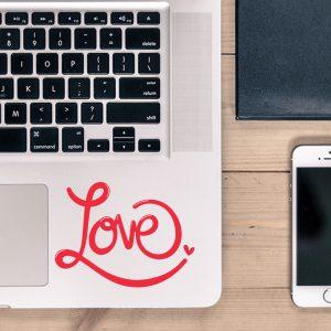 """מדבקה על מחשב נייד """"LOVE"""" בעיצוב אישי"""