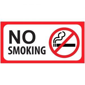 שלט NO SMOKING בשפה האנגלית עם מסגרת אדומה